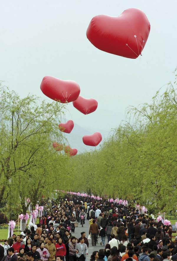 Las orillas del Lago del Oeste de Hangzhou se engalanan para celebrar el Día de los Enamorados chino. Foto: CFP