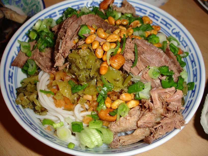 Fideos con carne de caballo y verduras.
