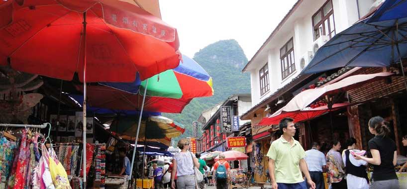 Calle comercial de Yangshuo.