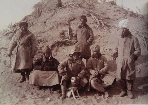 El sinólogo británico Aurel Stein, tercero por la izquierda.