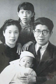 Chang Suhong posa junto a su primera esposa e hijos.