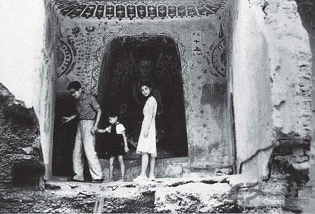 Chang Suhong y su familia en las Grutas de Mogao.
