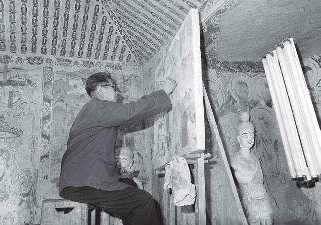 Chang Suhong trabajando en la restauración de los frescos de Mogao.