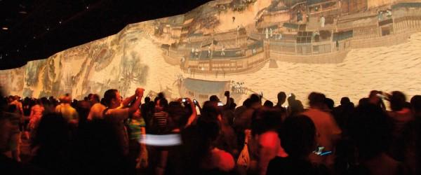 Reproducción a gran escala del cuadro Ascendiendo al río en la fiesta Qingming en la Exposición Universal de Shanghái.
