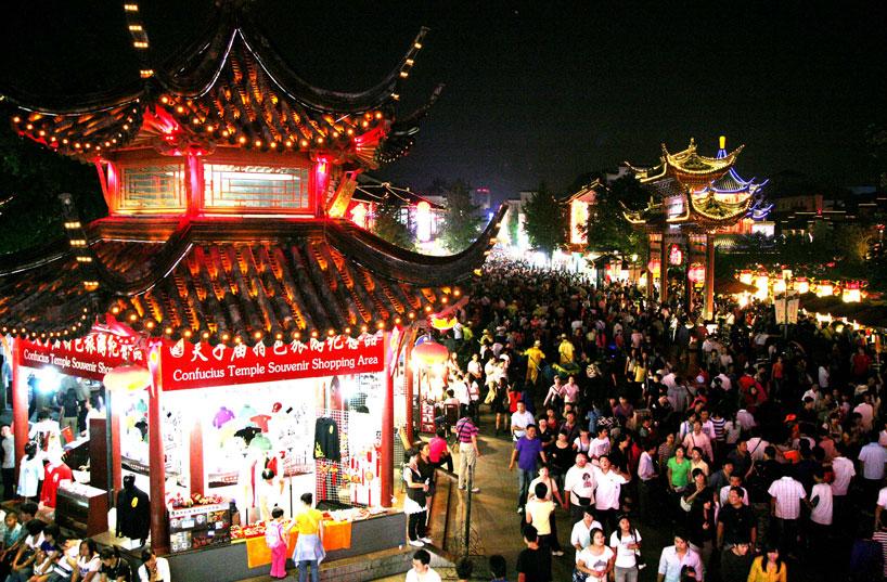 Mercado de un templo durante la Fiesta del Medio Otoño.