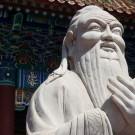 Confucio (chino simplificado y tradicional: 孔子, pinyin: kǒngzǐ, Wade-Giles: K'ung-fu-tzu, literalmente «Maestro Kong»)