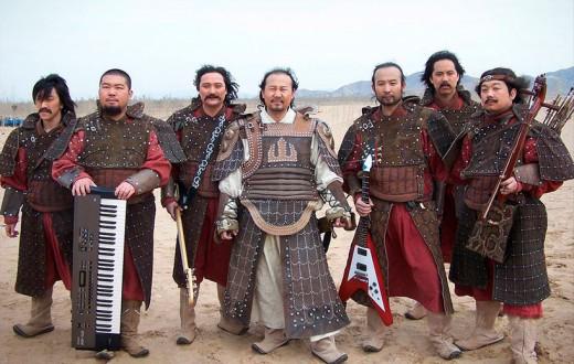 Tengger junto a los miembros de la banda musical Lobo