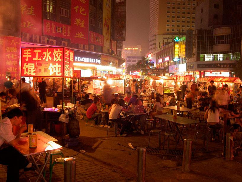 Calle de Zhengzhou con puestos de comida. Henan