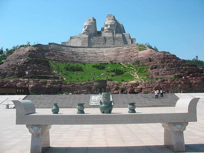 Estatua de Yandi y Huangdi. Henan