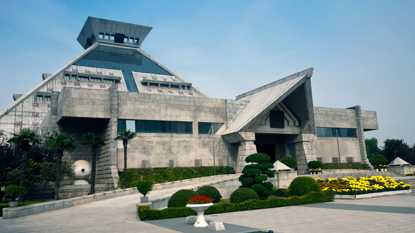 Museo National Henan y algunas de las obras que guarda en su interior.