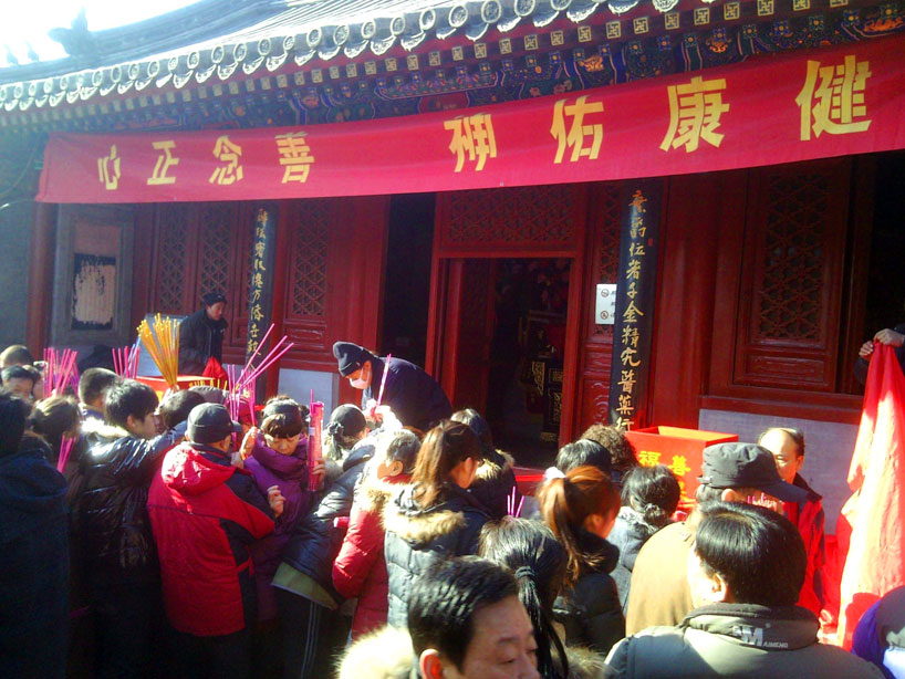 Durante los tres primeros días del Año Nuevo los pekineses taoístas acuden al Templo de la Nube Blanca a rendir homenaje a sus antepasados quemando incienso, poniendo ofrendas y rezando.