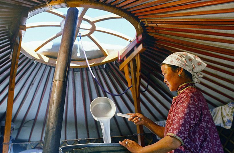 Mujer elaborando arkhi - Mongolia Interior