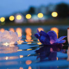 Durante la festividad del Zhongyan, miles de candelas flotantes llenan el cauce fluvial.