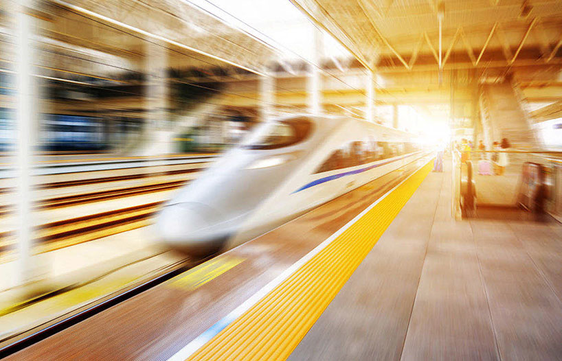 Tren de alta velocidad que se dirige al aeropuerto.