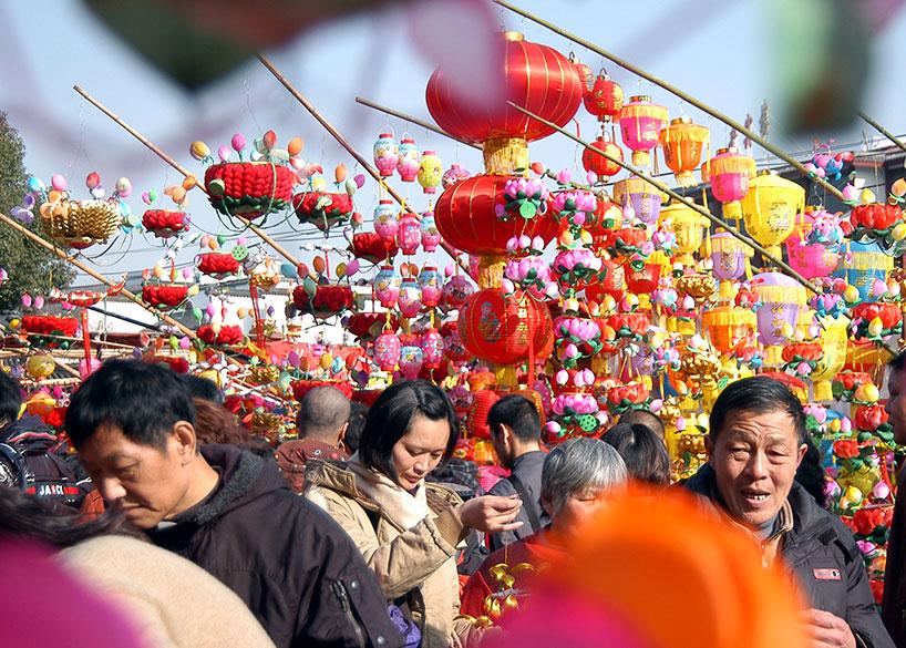 Durante el Año Nuevo Chino se celebran multitud de mercados en los templos de los pueblos y ciudades a los que acuden las familias para pasar jornada divertida.
