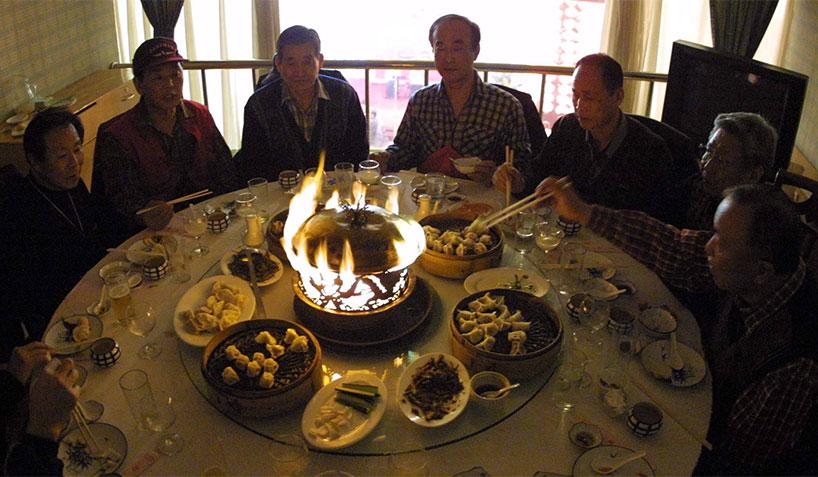 Las mesas, tanto en las casas como en los restaurantes, suelen ser redondas para que los participantes se sienten en un círculo, lo que favorece de esta manera el ambiente familiar.