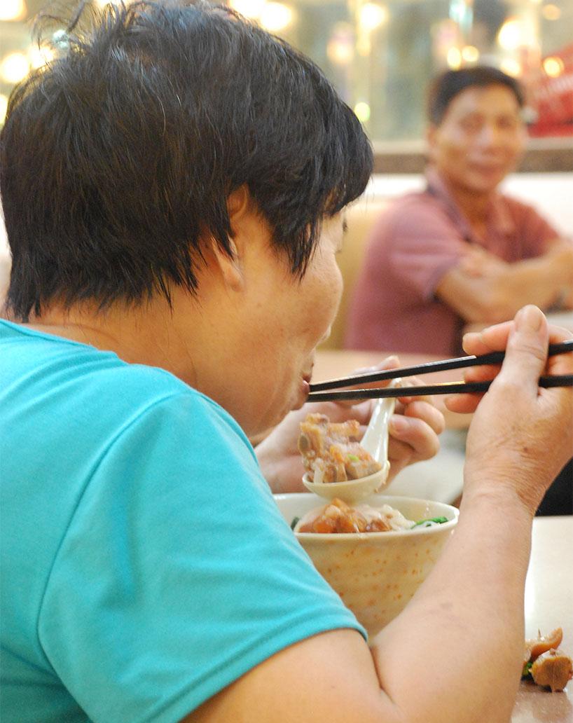 Comer con palillos chinos.