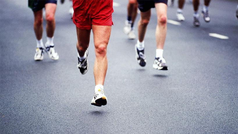 """Corre mucho más rápido que yo"". Tā bǐ wǒ pǎo de kuài duōle. 他比我跑得快多了"